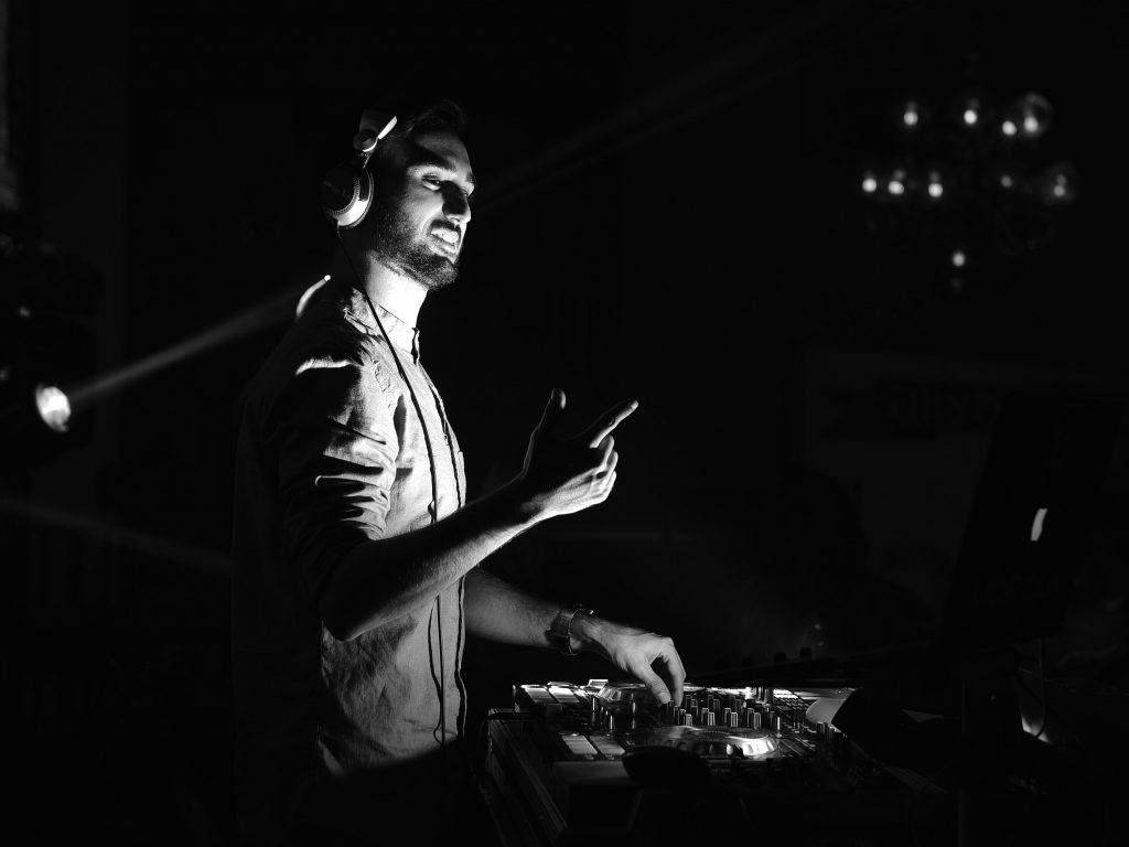 תמונה של די ג'יי ליאור אילוק מנגן באירוע